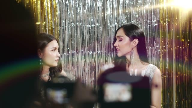 vídeos y material grabado en eventos de stock de joven influencer haciendo un vlog blogger hermosa transgénero - concurso de belleza