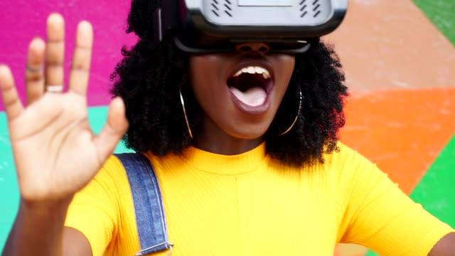 vídeos de stock, filmes e b-roll de jovem interagindo com vr - estilo de cabelo