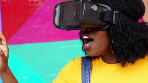 vídeos y material grabado en eventos de stock de mujer joven interactuando con la realidad virtual - simulador de realidad virtual