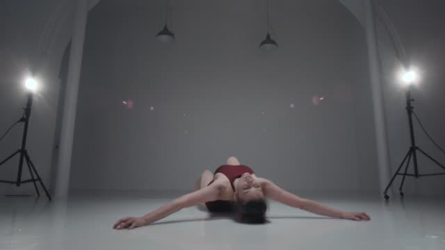 stockvideo's en b-roll-footage met young woman is dancing in the studio - dance studio