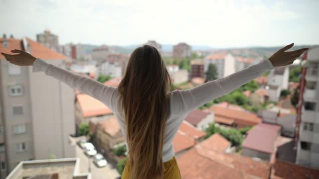 vídeos de stock e filmes b-roll de young woman is happy about her new flat - braços no ar