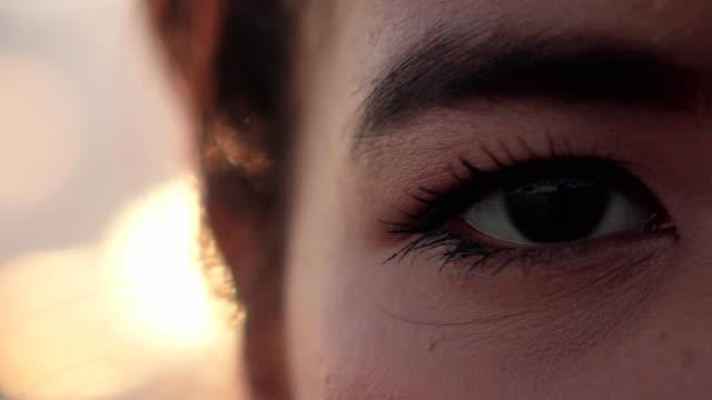 Jeune femme est ouverture et de fermeture de le œil