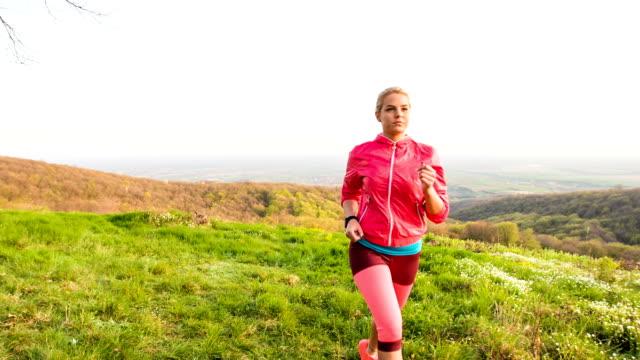 Jonge vrouw joggen in de natuur