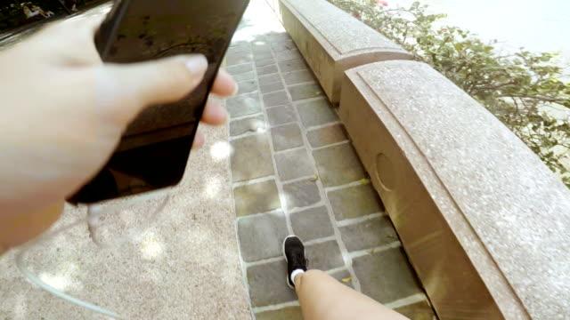 pov junge frau joggen auf brisbane southbank - australien stock-videos und b-roll-filmmaterial