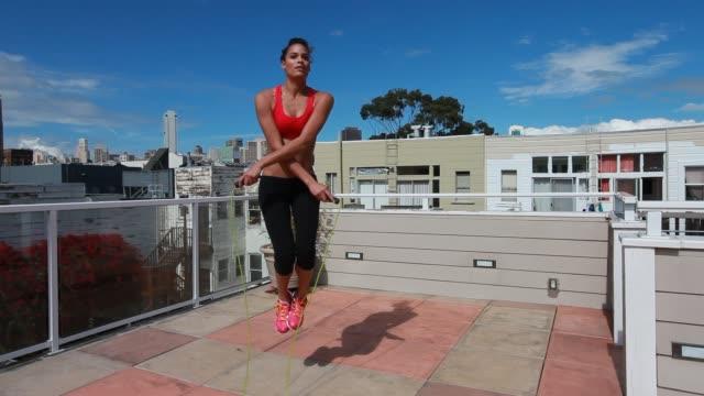 young woman jump roping - 僅年輕女人 個影片檔及 b 捲影像