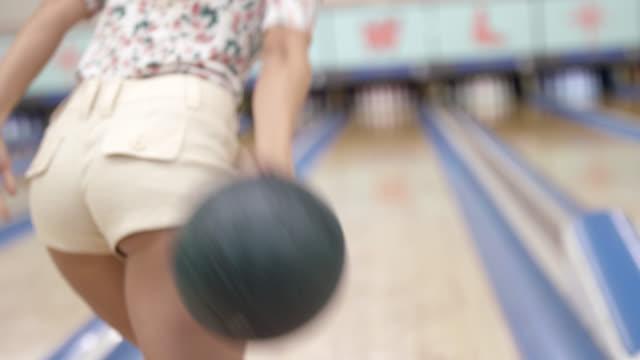 vídeos de stock, filmes e b-roll de ms rf young woman jumping in excitement at bowling alley - cancha de jogo de boliche