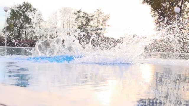 super zeitlupe, hd: junge frau springen in das wasser - sprung wassersport stock-videos und b-roll-filmmaterial