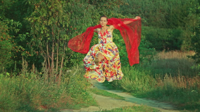Junge Frau springen auf die country road