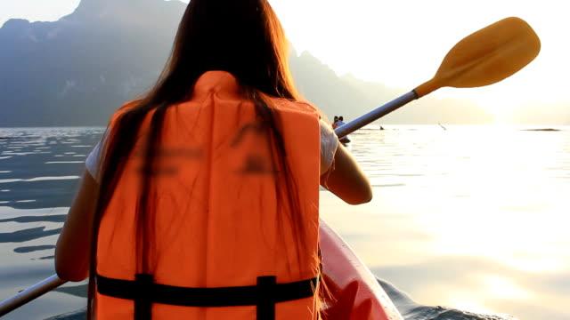 junge frau beim kajakfahren - kanu stock-videos und b-roll-filmmaterial