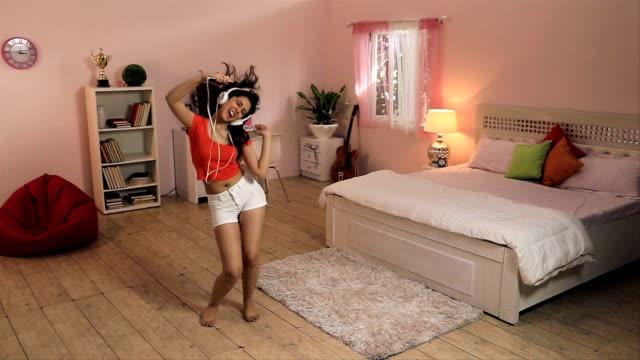 vídeos y material grabado en eventos de stock de young woman listening music on mobile phone, delhi, india - una sola mujer joven