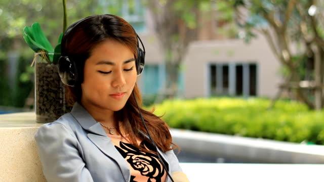 vídeos de stock, filmes e b-roll de mulher jovem, ouvir música e assinatura - boca humana