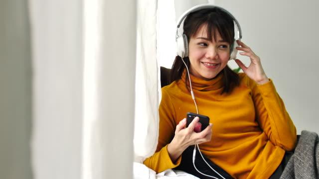 スローモーション音楽を聴く若い女性