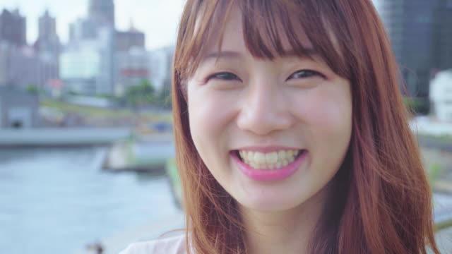 若い女性がカメラ目線 - 歯を見せて笑う点の映像素材/bロール