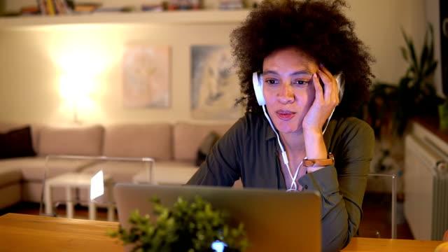 ノート パソコンを見て若い女性 - 若い女性だけ点の映像素材/bロール