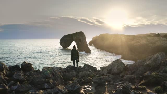 vídeos y material grabado en eventos de stock de young woman looking at the seascape from a cliff - acantilado