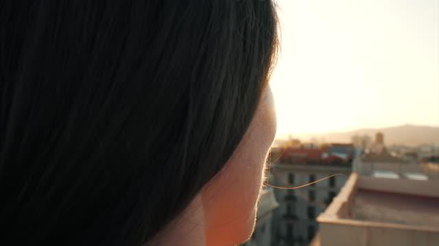 vídeos y material grabado en eventos de stock de una joven mirando la puesta de sol. - staring