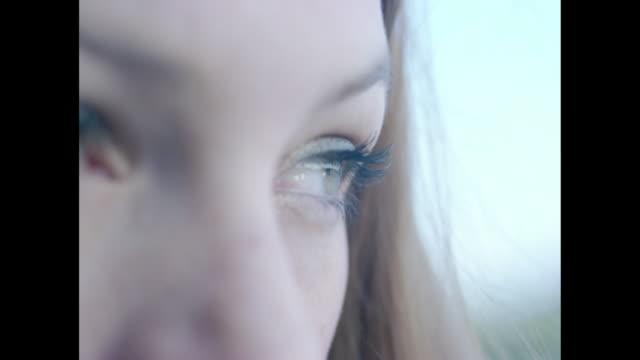 vídeos de stock, filmes e b-roll de young woman looking away into distance - amor à primeira vista