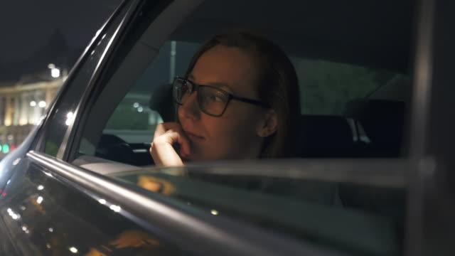 vídeos y material grabado en eventos de stock de mujer joven mirando por una ventana de coche. - mirar el paisaje