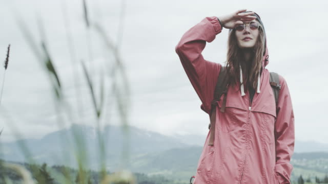 Junge Frau, die Runde auf der Wiese. Frühling in den Bergen