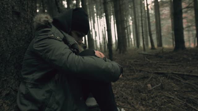 Junge Frau verloren in den Wald