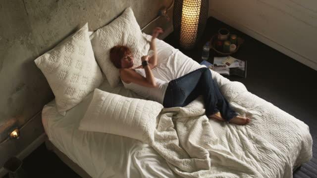 vídeos de stock e filmes b-roll de ws ha young woman lying on bed, salt lake city, utah, usa - napping