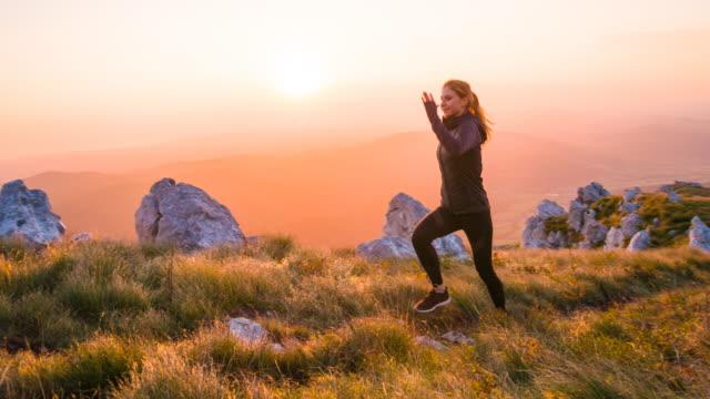 vídeos de stock, filmes e b-roll de mulher jovem, mantendo um estilo de vida saudável - colina acima