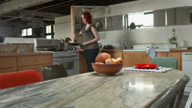 HD: Junge Frau, die sich selbst Frühstück