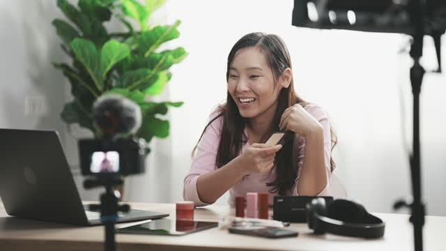 メイクアップチュートリアル、インフルエンサーを作る若い女性 - 頬紅点の映像素材/bロール