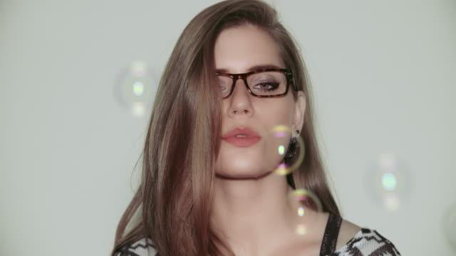 stockvideo's en b-roll-footage met young woman making soap bubbles - natuurlijk haar