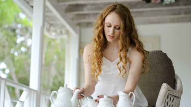 Junge Frau, die Tee