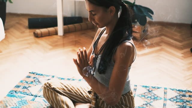 junge frau meditiert zu hause - gebetsposition stock-videos und b-roll-filmmaterial