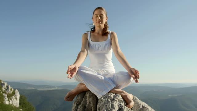 HD DOLLY: Junge Frau, Meditieren auf dem Rock