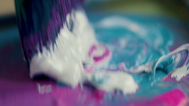 young woman mixing paints - 刷毛点の映像素材/bロール