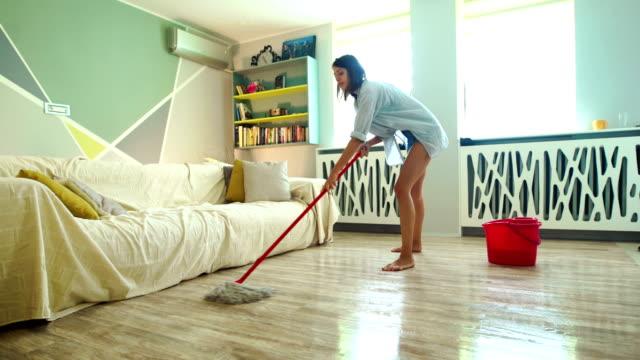 vídeos de stock, filmes e b-roll de jovem mulher esfregando um chão. - soil