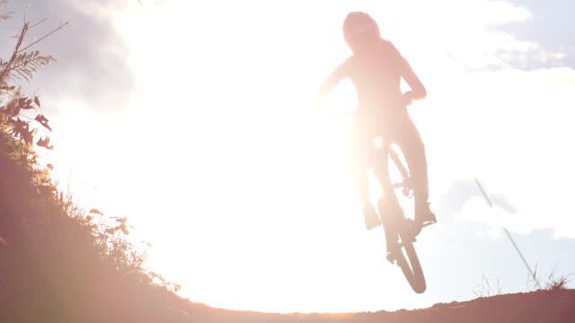 giovane donna in mountain bike - lanci e salti femminile video stock e b–roll