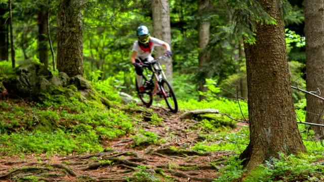 junge frau mountainbiken - mountainbiking stock-videos und b-roll-filmmaterial