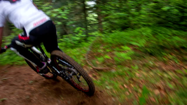 stockvideo's en b-roll-footage met young woman mountain biking - mountainbiken fietsen