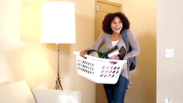 vidéos et rushes de jeune femme se déplacer dans new home - sac à dos
