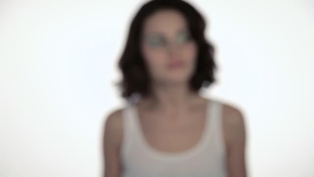 vídeos de stock, filmes e b-roll de young woman moving towards camera and smiling - cor de cabelo
