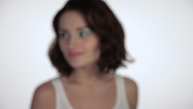vídeos de stock, filmes e b-roll de young woman moving towards camera, looking around and smiling - cor de cabelo