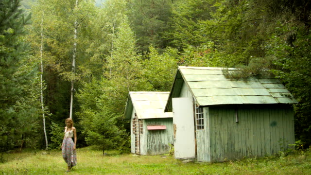 vídeos de stock, filmes e b-roll de jovem mulher perto de uma casa abandonada - bulgária