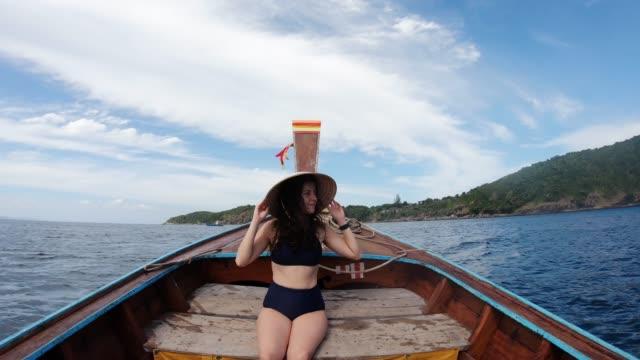junge frau auf einem longtail-boot in thailand, phi phi island - hut stock-videos und b-roll-filmmaterial