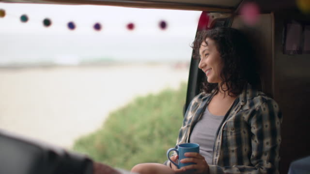 stockvideo's en b-roll-footage met young woman on a road trip in her camper van - weekend activiteiten