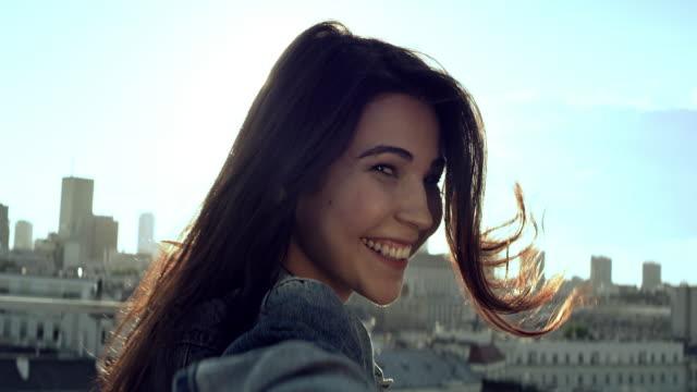 vídeos de stock, filmes e b-roll de mulher nova em um telhado. flertando com câmera - liberdade