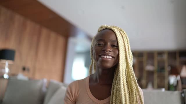 自宅でビデオ通話中の若い女性 - カメラの視点 - 離れた点の映像素材/bロール