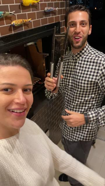 stockvideo's en b-roll-footage met jonge vrouw op een videovraag tijdens vriendenreünie bij dinertijd - genomen met mobiel apparaat