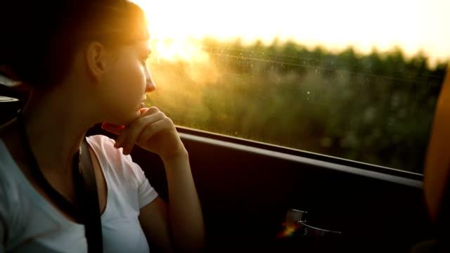 vídeos de stock e filmes b-roll de young woman on back seat in car - passenger