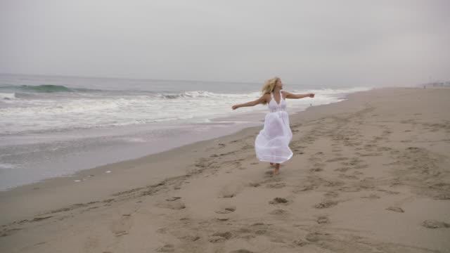 vidéos et rushes de young woman on beach - robe d'été