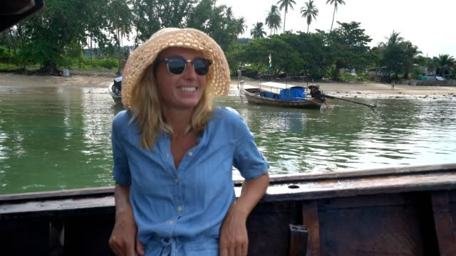 junge frau am boot abenteuer - insel phi phi le stock-videos und b-roll-filmmaterial