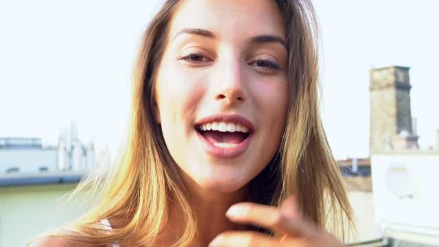 vídeos de stock, filmes e b-roll de jovem em viagem pela europa vlogging de terraço - mulher bonita